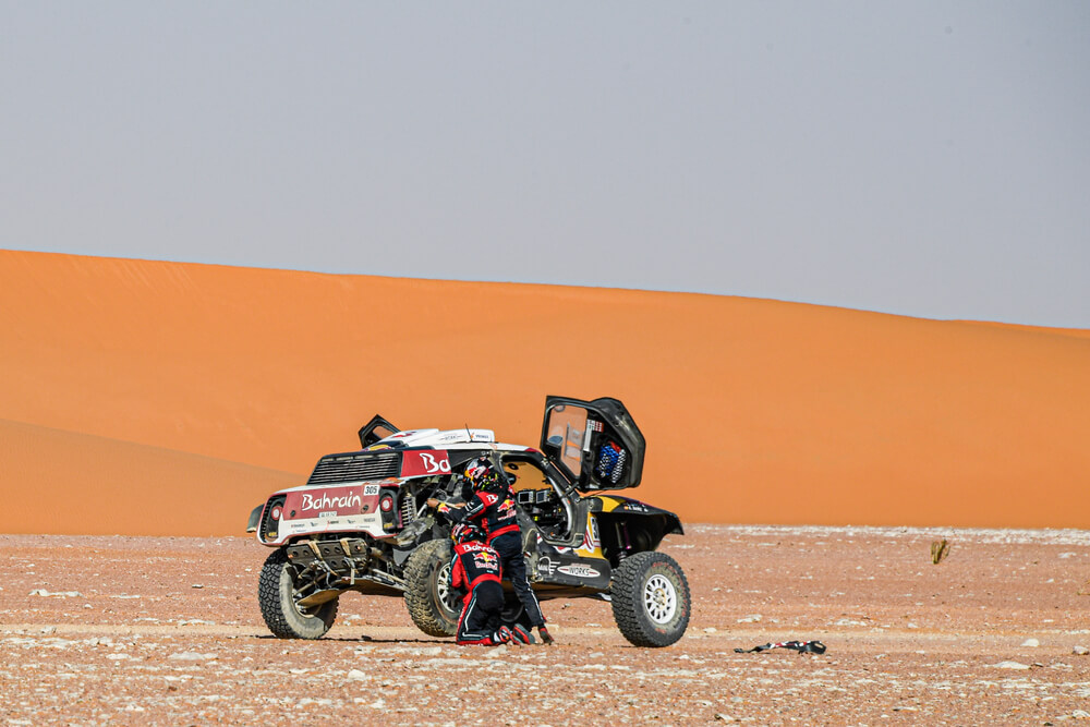 305 Sainz Carlos (esp), Cruz Lucas (esp), Mini John Cooper Works Buggy, Bahrain JCW X-Raid Team, Car, action, puncture during Stage 9 of the Dakar 2020 between Wadi Al-Dawasir and Haradh, 891 km - SS 415 km, in Saudi Arabia, on January 14, 2020 - Photo Eric Vargiolu / DPPI